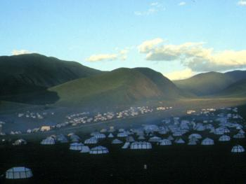 """10.(帐篷城):规模盛大的""""玉树赛马节""""上,由近千顶帐篷组成的帐篷城。"""