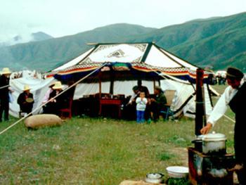 09.(帐篷饭庄):供远道而来的人吃饭休息的帐篷。