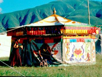 """07.(喇嘛):""""喇嘛""""(喇嘛帐)供少量僧人居住,俑经的帐篷。这种帐篷装饰十分讲究。色彩,图案都与佛教一致,给人以祥和之感。"""