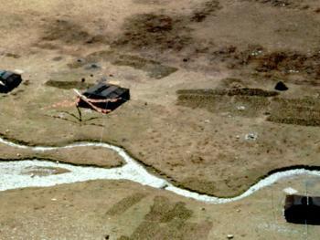 04.(牧民之家四):逐水而居,两三户人家围住在一起。帐篷外挂有经幡,随风飘曳,为帐房主人祛除妖魔。
