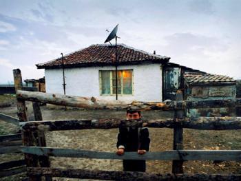 对这孩子来说,他身后那间白色房屋是他最安全、最舒适的栖身处
