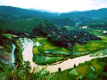 山水环绕中的侗寨