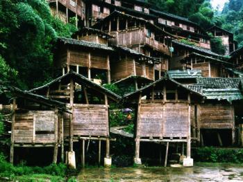 为防火防鼠,禾仓多建于寨边或鱼塘中心。规模大的村寨将十个或上百个禾仓集中建于一处,似小型山村。