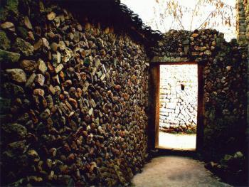 破旧不堪的残墙。