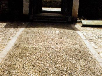 插花石:在楠溪江一些古老的宗族村落屋前常镶拼一些图案,如几何图案、花纹、文字等,称为插花石,反映这户人家的富贵。