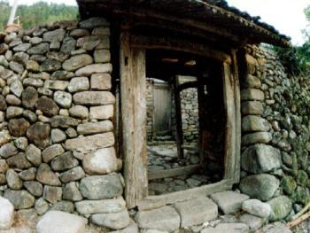 寨门:在楠溪江,以原石筑墙,原木架门,有一份天然朴素韵味,这寨门是用蛋石砌成的乱石墙,具有防御功能。