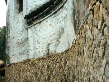 住宅:此住宅顶部线条流畅,室内明亮宽敞,下石上白灰墙结构既具有现代建筑的韵味,又具有古代建筑的风格,这住宅有些偏向居住建筑,有些偏向官式,表现出中间的不移稳定性。