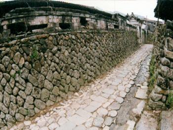 石墙:垒砌石墙时,要用方形的石块交互堆砌,加强石墙的稳固,而石墙由下往上逐渐变窄,形成缓慢的收缩,使石墙底部更显得厚重结实。