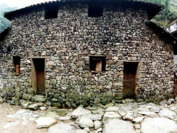 石墙:石墙的美观在于自然的契合,每逢雨天,雨水冲去墙上浮土,露出石头本来的色彩,在石墙上配上门和窗,与稳重凝重的石墙相映成趣,更显露了石墙自然亲切的生活气息。