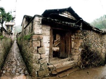 民居:石墙的砌筑小至家居的矮石墙,大至防御用的寨墙,有的风格精巧,有的粗犷质重,使楠溪江村落景观在丰富变化中,格外的朴素浑厚。