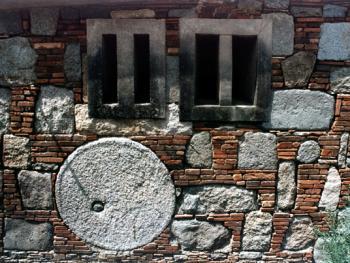 砌入磨盘的墙,形成独特的景象。