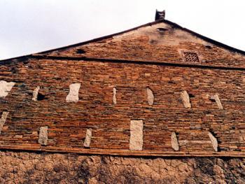 """此屋属明完万历(1537-1619)年间户部左侍郎特记黉官王畿的府衙。其磅礴气势和盎然古意,透射出某种时代特色。条形石尖的开阔距离,强烈地体现""""出砖入石""""在建筑营造上的意义。拍摄时间:1995年3月"""