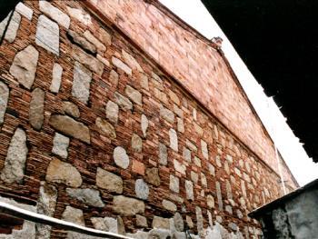 """此屋系清朝康熙年间福建水师提督施琅(1621-1696)的官邸,建筑宏大,其实雄伟,其""""百衲衣""""般的墙体既展现""""出砖入石""""的运用之广泛,也表明其坚固和实用的效果。拍摄时间:1998年4月"""