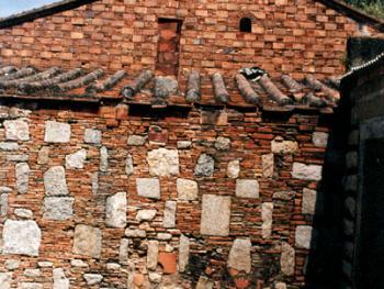 """民间又称采用""""出砖入石""""的墙体的厝为""""明朝厝"""",据其特征和有关证物考证,此屋为明末所建。拍摄时间:1997年7月"""