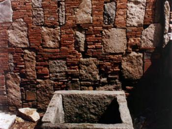 古井边的墙。