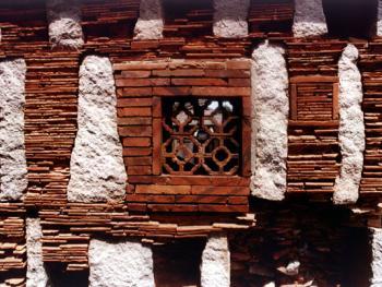 """开有转窗的墙,典型地体现了""""出砖入石""""的特点。"""