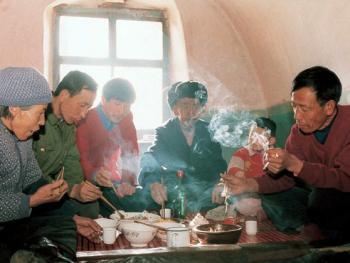 中国千禧龙年春节,武文秀一家在长城居室热炕头上吃饭