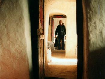 从贯穿窑洞的甬道可看出这户人家的四间居室