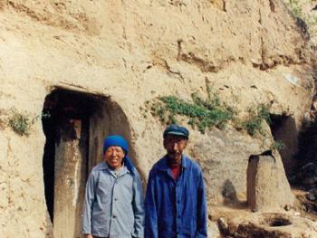 武文秀(男68岁)、谭桂香(女62岁),老两口在长城内已住了四十年,育有两个儿子,大儿子娶妻分居。小儿子未婚,买了一台拖拉机跑运输。家里种了20余亩地,养骡一头,猪两口,存余粮六千余斤,过上了小康生活