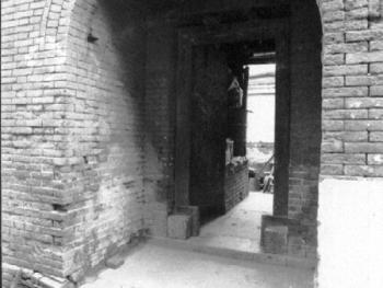 安化胡同15号王宅,有一座拱式砖砌街门