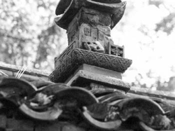 旧宅居顶造型各异的砖雕烟囱