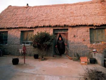 (99年12月)这是海草房中的迎门正房,一般为三间