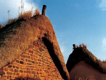 """(99年2月)堆尖如""""垛""""、金字塔般的屋顶是它的特色,而用石块垒造、中间用石灰钩""""缝""""的山墙,更是历史的见证"""