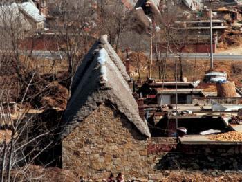 (99年3月)这是由海草房聚集形成的村落一角。古朴的房屋,记录着它厚重的历史沉积