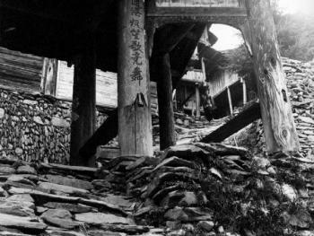 (1999年、苗、安太多)平砌的石块支撑着吊脚楼、支撑着苗寨