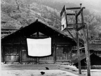 (1999年、苗、四荣乡)银幕给木楼增添了亮色,给苗寨带来都市生气息