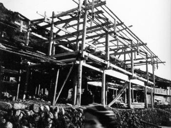 (2000年、苗、安太多)这是修建中的吊脚楼,梁、柱、屋架结构一目了然