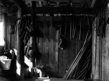 (1998年、苗、拱洞乡)吊脚楼阳台上挂满了农具