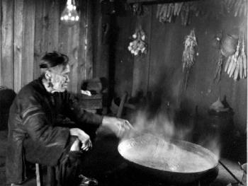 (1998年、苗、拱洞乡)在吊脚木楼二层厨房里烧饭的苗家阿婆