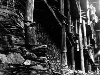 (1999年、苗、安太多)吊脚楼的柱脚看似危悬,实际上牢固可靠