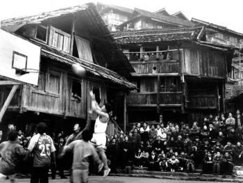 (1999年、苗、安太多)苗家的吊脚木楼间都设有活动场地,以便节日和闲暇时开展芦笙踩堂、斗马、球类等活动