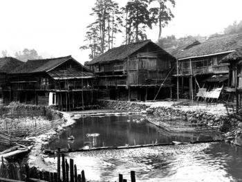 (1999年、苗、安太多)苗族同胞尽可能的把木楼建在依山傍水的地方