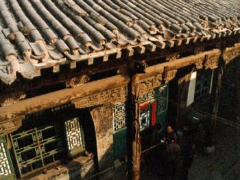 平层窑式民居和顶上的风水影壁