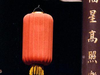 云龙雀替下红色的灯笼,金字匾联,代表着华贵和吉庆,福星高照不忘祖训乐善好施