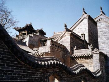 单坡帆式屋顶是晋中民居一大特色,由于单坡屋顶而增加了屋架及外墙的高度,可阻挡冬春的风沙、防盗、防火,更利于雨水的排放。正房顶上设吉星小楼(或影壁),小楼并不住人,只是一种高度象征以示吉星高照。