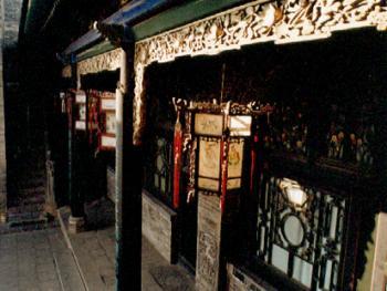 """细致入微的木雕、砖雕、石刻是晋中民居的又一特色。如门廊前精美的雕花雀替、门窗隔扇上雕有花鸟鱼虫、墙柱上的砖刻、梯廊上形态各异的石狮子。俗语曰:""""摸摸狮子头,万事不用愁。"""""""