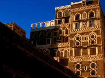 一千零一夜的再现这是萨那的一座装饰得非常漂亮的老房子。形状各异同的窗户和彩色的玻璃,砖和特殊防水涂料的装饰,都是典型的萨那建筑
