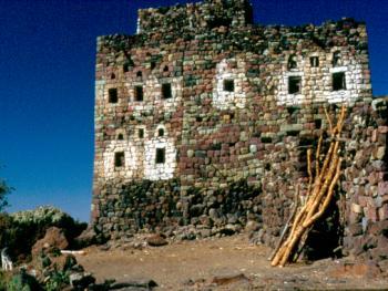 彩色房子这座房子全部是用哈拉格山区的绿色和红色的彩石砌成的。在斋月里,人们经常用白色墙粉做装饰
