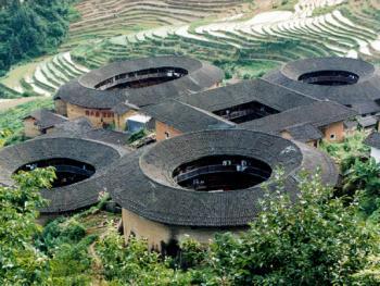 4.一方四圆的南靖县田寮坑土楼久负盛名。