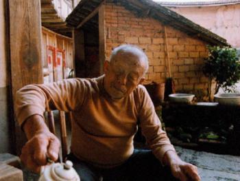 7.土楼里的老人过着安逸、幸福的晚年生活。