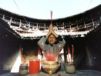 9.漳州土楼孕育着一方文化,一方土地滋养一方生灵。
