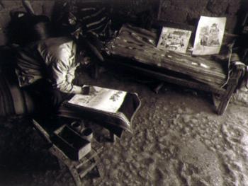 3.贾坎托正在创作,他是现在的萨华村里唯一的艺术家。1993年8月