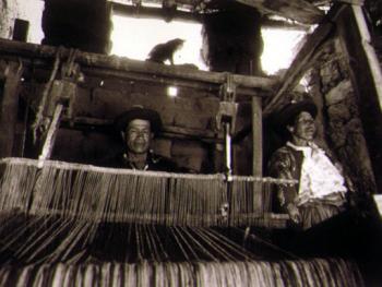 11.在萨哈村,织毯子是男人的工作。