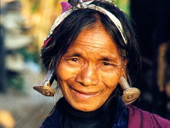 佤族老人的耳饰