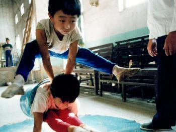 苦练中国传统杂技的孩子02