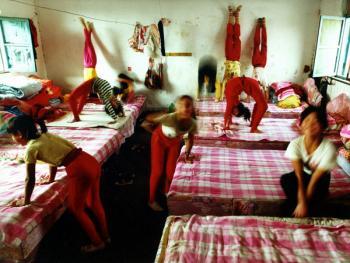 苦练中国传统杂技的孩子12